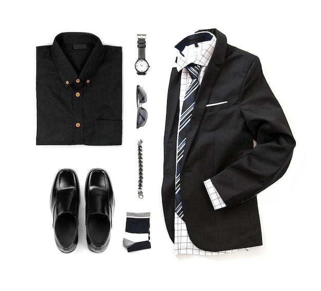 Zwarte herenkleding set met instappers, horloge, sok, armband, broek, kantoorhemd, stropdas en pak isoleren op een witte achtergrond, bovenaanzicht