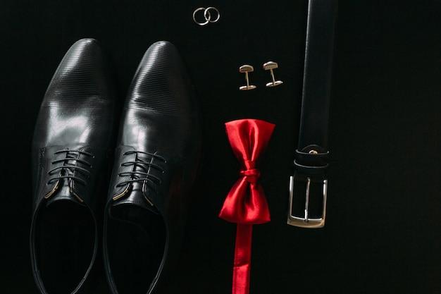 Zwarte herenschoenen manchetknopen trouwringen een zwarte band