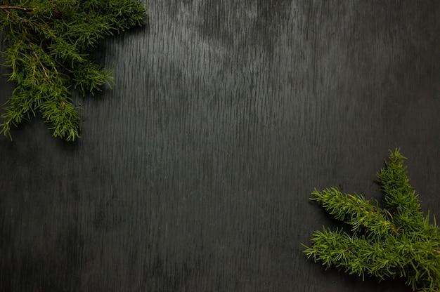 Zwarte houten achtergrond met mos aan de zijkanten. grunge textuur