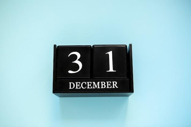 Zwarte houten eeuwigdurende kalenderblokjes. gegevens 31 december. bovenaanzicht plat leggen kopieer ruimte.nieuwjaar om lijstconcept te doen