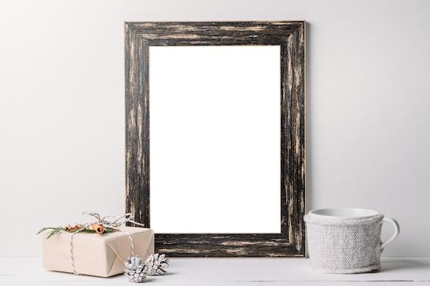 Zwarte houten frame mockup met kerstversiering