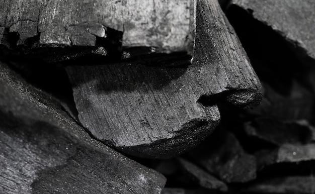 Zwarte houten houtskool op zwart