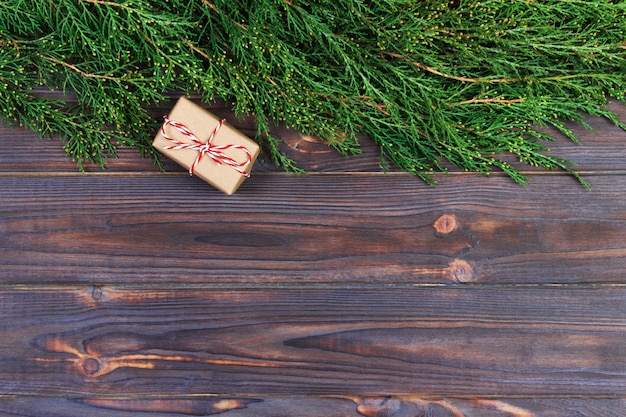 Zwarte houten kerst achtergrond. twijgen van thuja. originele, verse bloemen voor kerstmiskaart.