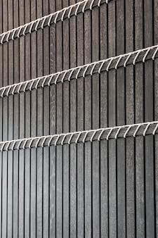 Zwarte houten latten met witte touwen