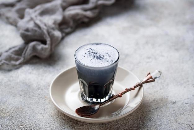 Zwarte houtskool latte. detox drinken.