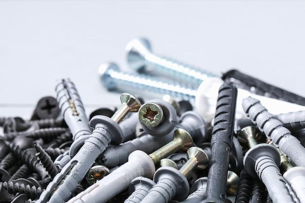 Zwarte ijzeren schroeven, bevestigingsmiddelen en hardware op wit