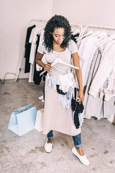 Zwarte in winkel met trendy kleding