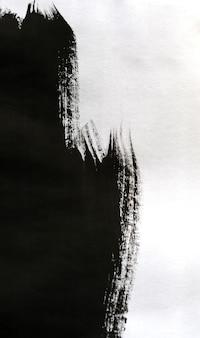 Zwarte inkt getransporteerd over wit close-up papier. abstracte achtergrond geïsoleerd op een witte achtergrond. inktvlekken verspreid en geabsorbeerd in de papiermacro.