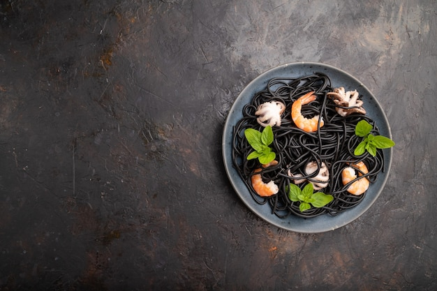 Zwarte inktvisinktpasta met garnalen