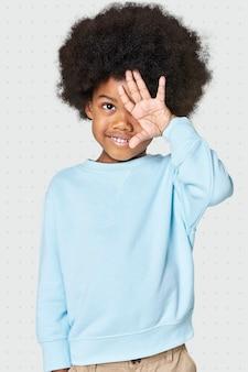 Zwarte jongen die blauwe sweater draagt