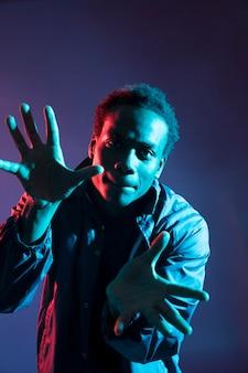Zwarte jongen poseren met blauw licht