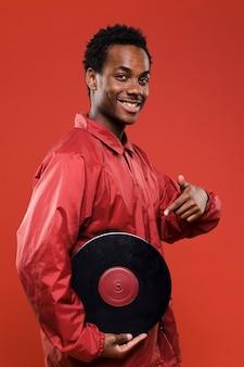 Zwarte jongen poseren met vinyls