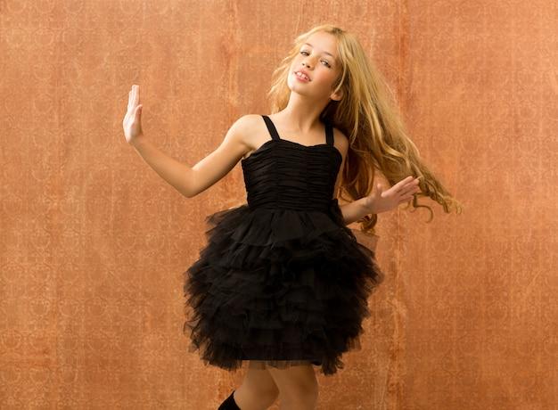 Zwarte jurk jongen meisje dansen en vintage draaien