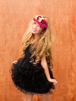 Zwarte jurk jongen meisje dansen op vintage achtergrond