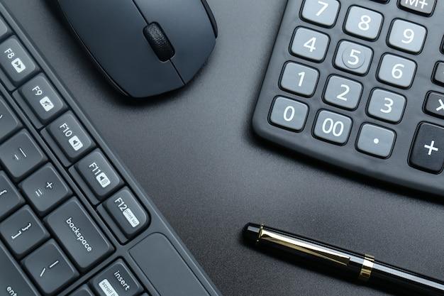 Zwarte kantoor bedrijfsuitrusting op zwarte achtergrond