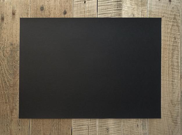 Zwarte kartonnen bladachtergrond op oud bord