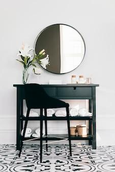 Zwarte kast met spiegel