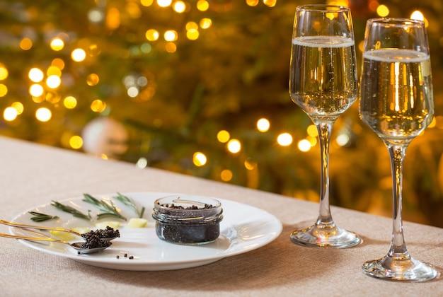 Zwarte kaviaar en een glas champagne