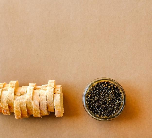 Zwarte kaviaar en stokbrood.
