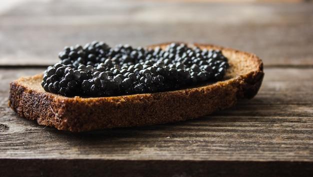 Zwarte kaviaar op brood, kopie ruimte voor tekst.