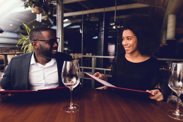 Zwarte kerel en het meisje kwamen naar het restaurant.