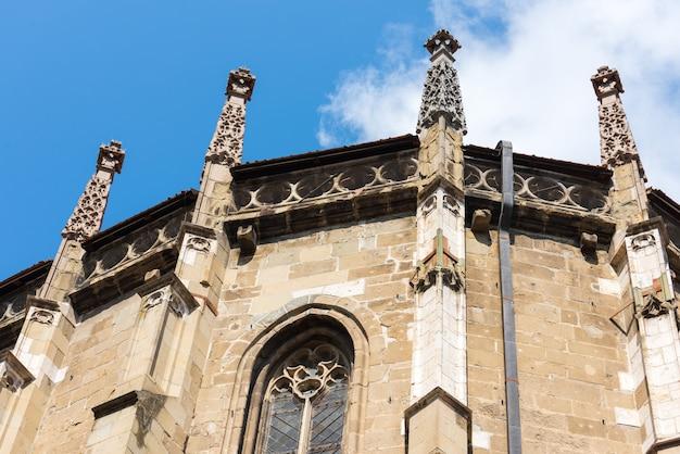 Zwarte kerk met een achtergrond van blauwe hemel in brasov