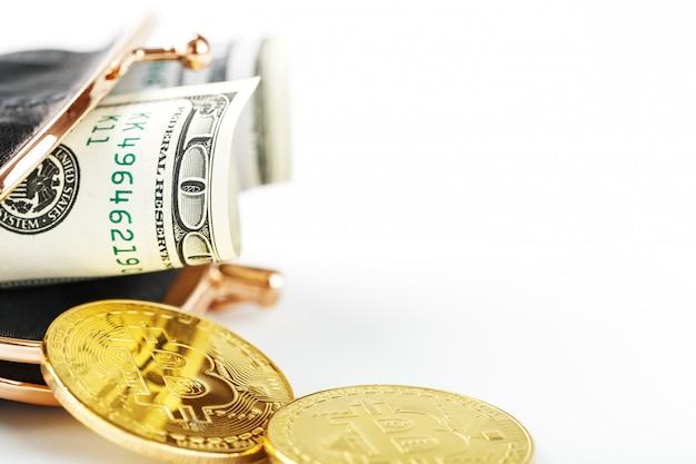 Zwarte klassieke portemonnee met dollars en bitcoin munten op een witte muur.
