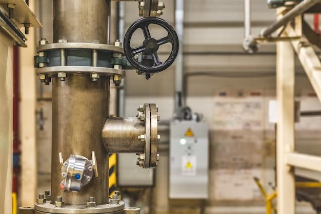 Zwarte klep op de leidingen in de productieruimte