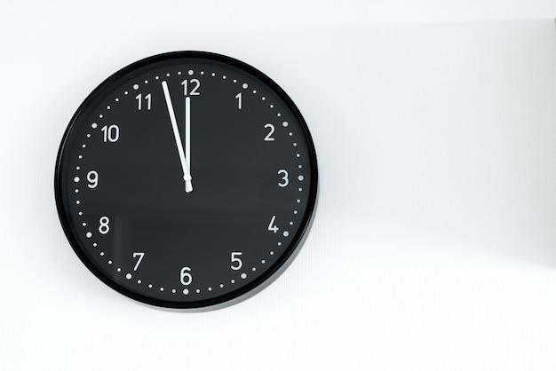 Zwarte klok op de muur