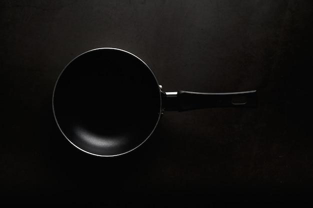 Zwarte koekenpan bovenaanzicht.