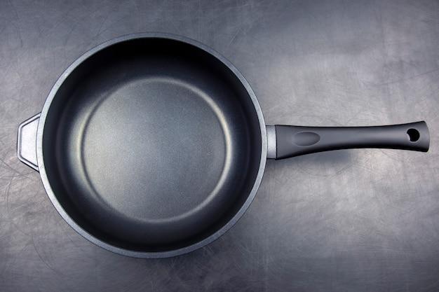 Zwarte koekenpan met antiaanbaklaag teflon op zwart
