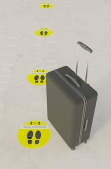 Zwarte koffer op marmeren vloer met sociale afstandssticker die in de wachtrij wacht. 3d render
