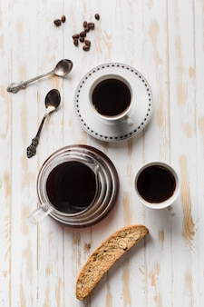 Zwarte koffie arrangement op witte tafel