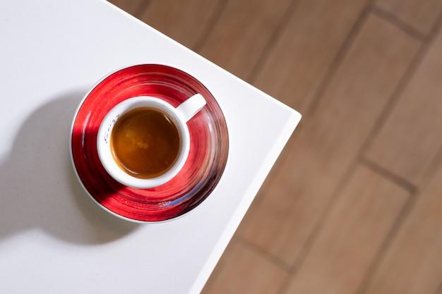 Zwarte koffie die op witte lijst wordt gezet