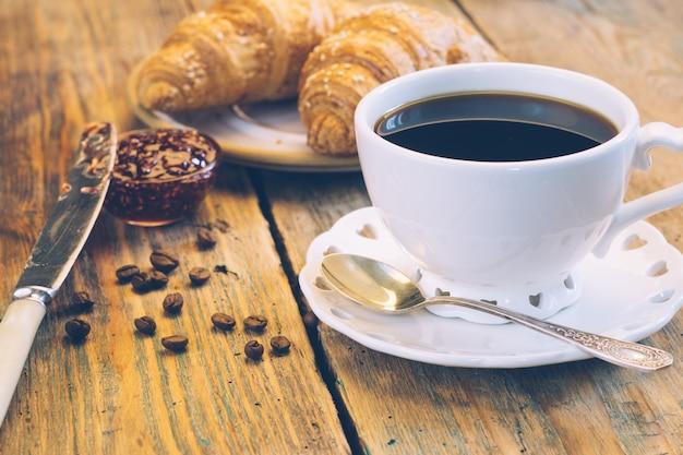 Zwarte koffie en croissants met jam. typisch frans ontbijt (petit déjeuner)