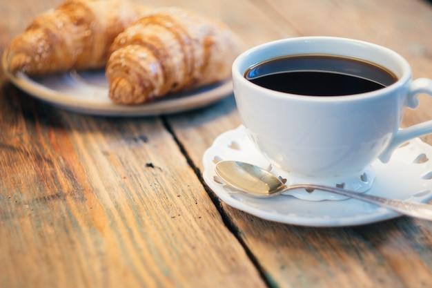 Zwarte koffie en croissants. typisch frans ontbijt (petit déjeuner)