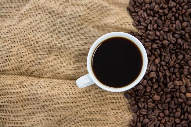 Zwarte koffie en koffiebonen op zak