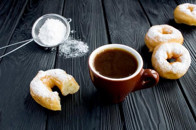 Zwarte koffie en zelfgemaakte donut