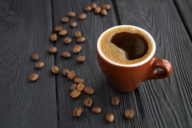 Zwarte koffie in bruine keramische beker