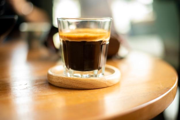 Zwarte koffie in klein schot.