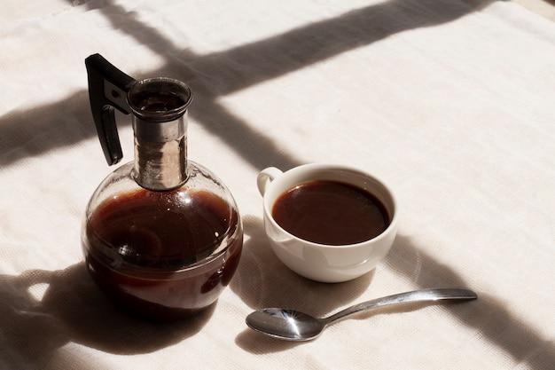 Zwarte koffie in kop met theelepel
