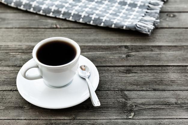 Zwarte koffie in witte kop in de ochtend