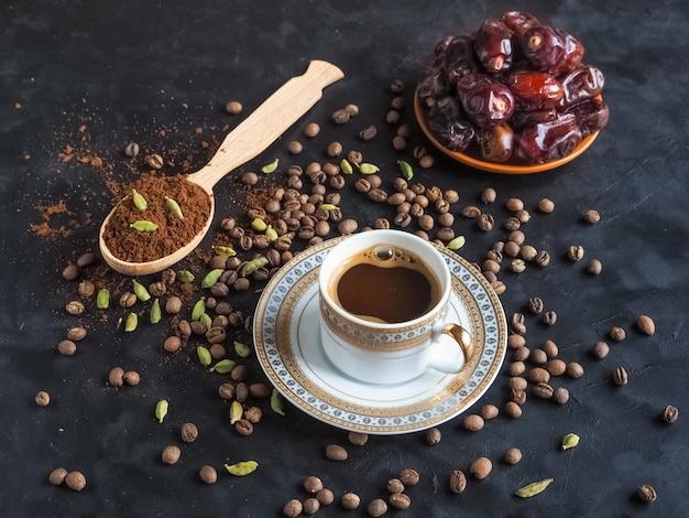 Zwarte koffie met dadels en kardemom. traditionele arabische koffie.