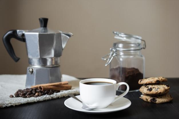 Zwarte koffie met italiaanse mokapot en koekjes, vooraanzicht