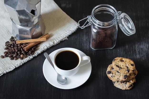 Zwarte koffie met italiaanse mokka pot en koekjes