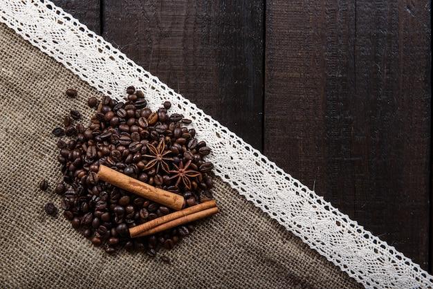 Zwarte koffie met kaneel en steranijs