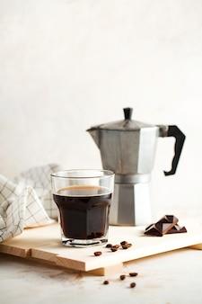 Zwarte koffie mokka voor het maken van espresso foto voor een coffeeshop in een minimalistische stijl met ruimte voor ...