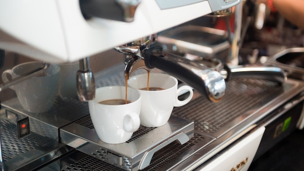 Zwarte koffie ochtend op koffiemachine