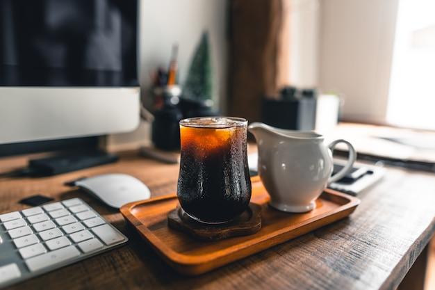 Zwarte koffie op de tafel in het kantoor