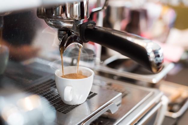 Zwarte koffie 's ochtends op koffiezetapparaat